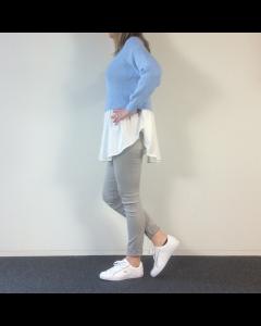 Blauwe trui met blouse